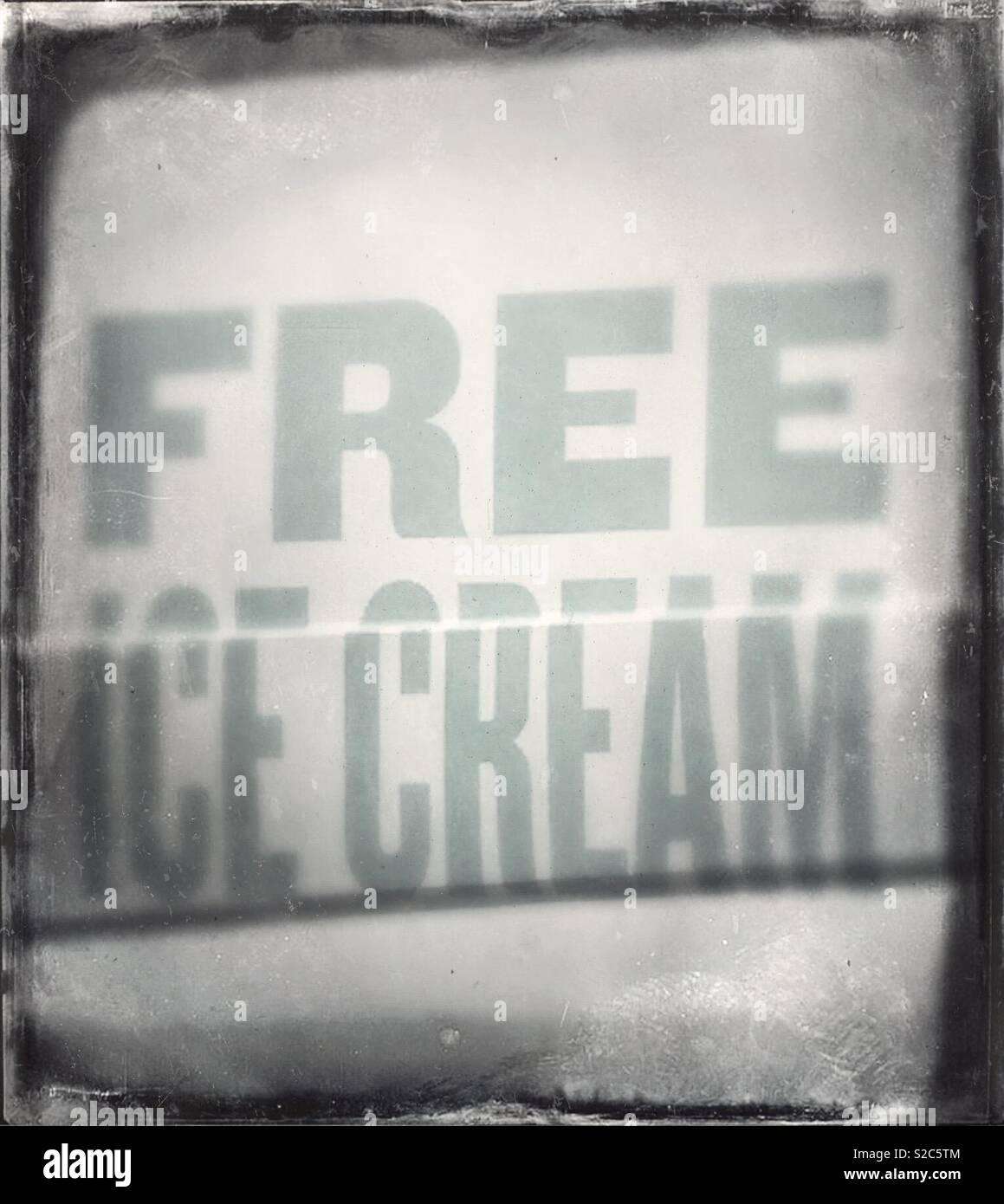 """Fotografía en blanco y negro de un cartel que decía """"un helado gratis Imagen De Stock"""