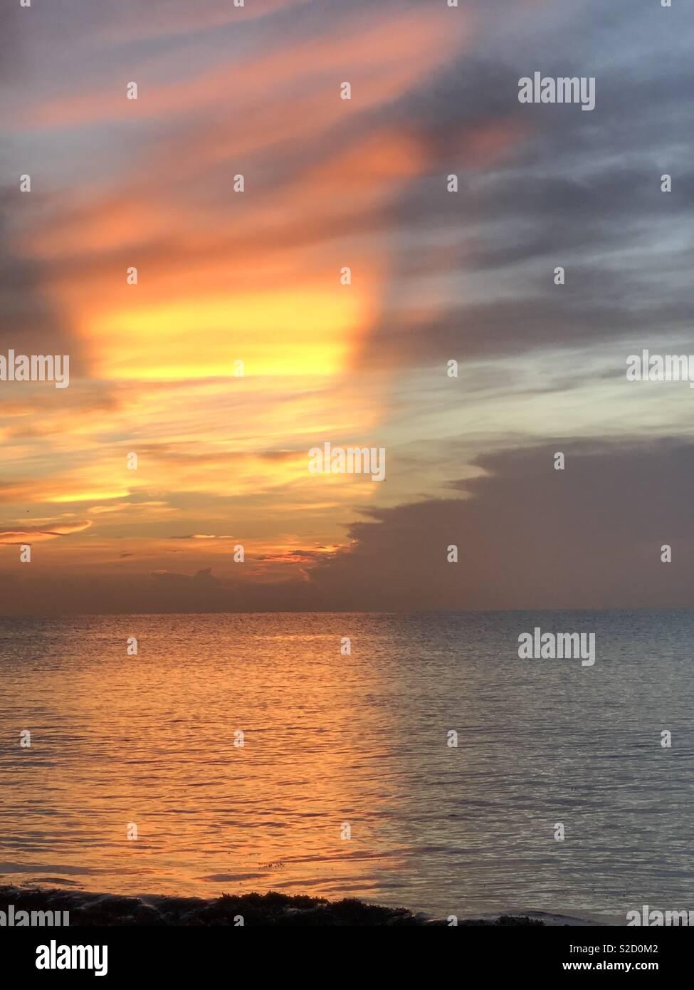 La Separación De Las Tinieblas Y La Luz Contra El Poder Del Océano Fotografía De Stock Alamy