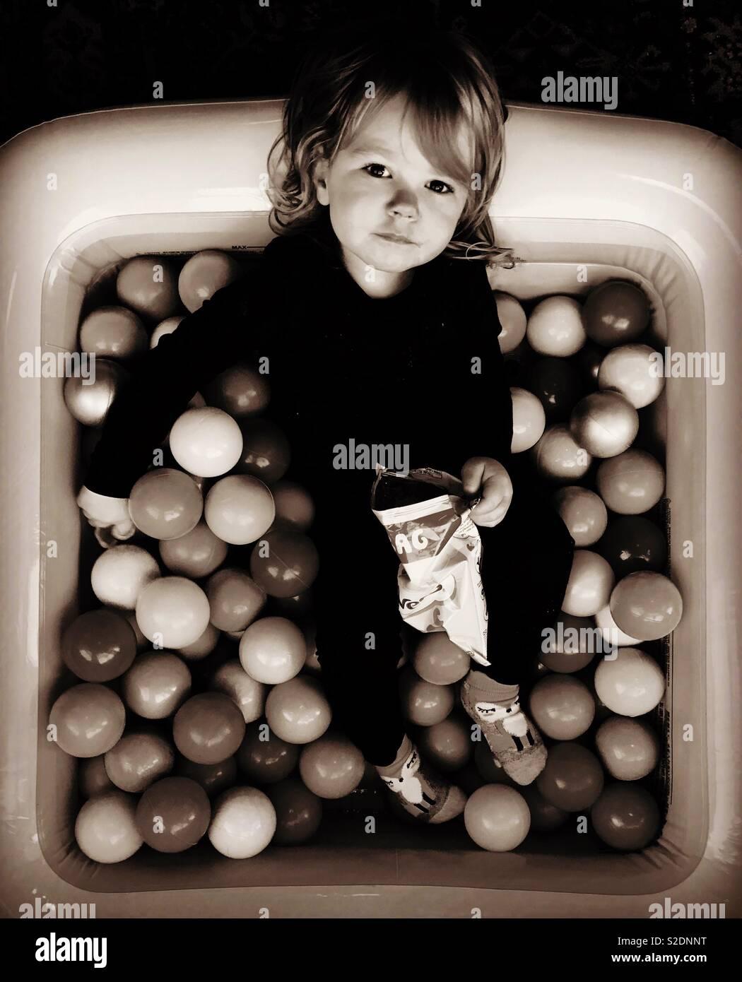Mis amigos hija propietaria de la piscina de bolas.Foto de stock