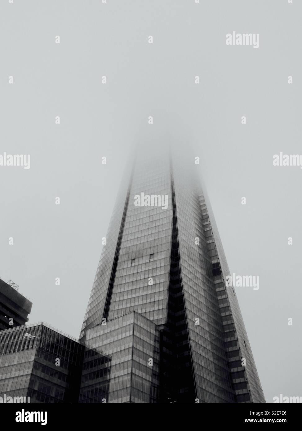 El shard envuelta en la niebla Foto de stock