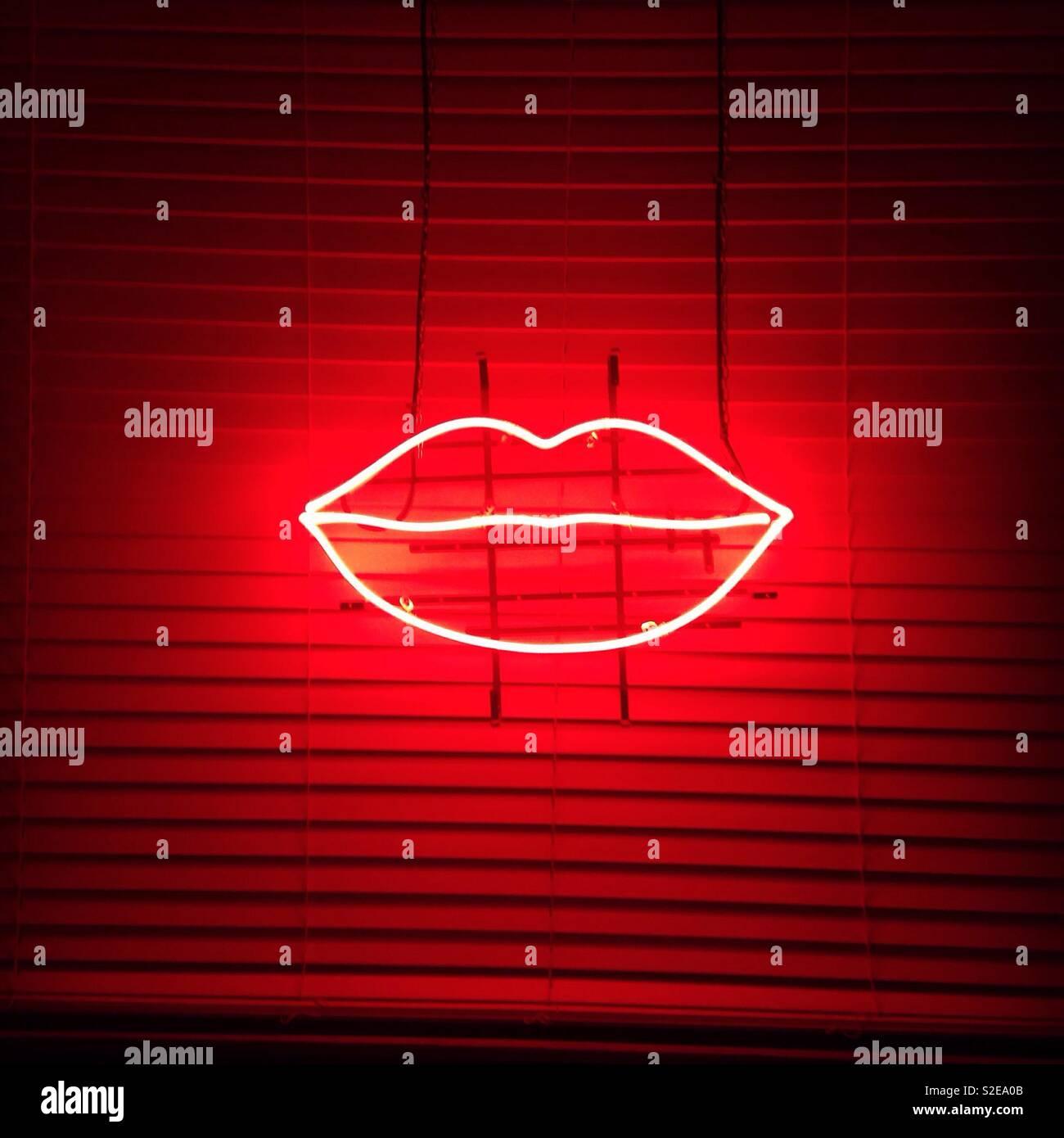 Los labios de neón, labios, signo de neón, noche Foto de stock