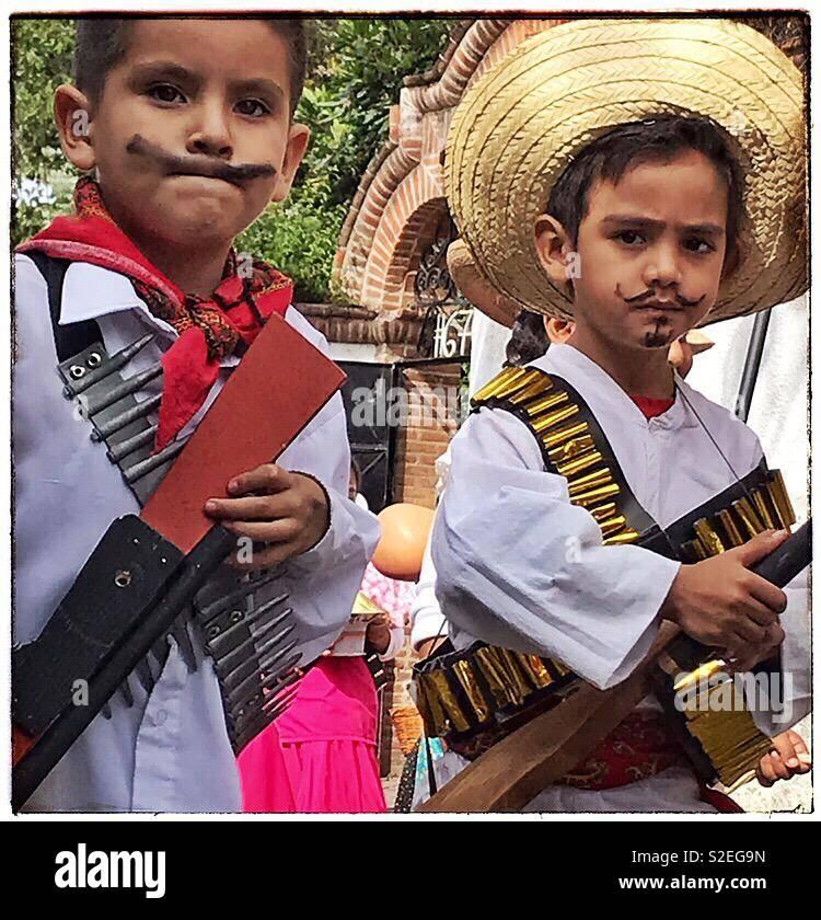 Los Niños Vestidos Como Revolucionarios Participar En El Día