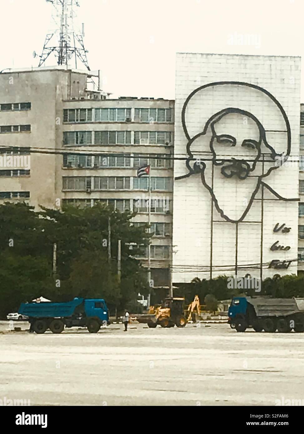 """Camilo Cienfuegos contorno facial en un edificio del gobierno, uno de los mejores comandantes guerrilleros de Castro, conocido como el """"Héroe de Yaguajay"""" después de ganar una batalla decisiva de la Revolución Cubana. Imagen De Stock"""
