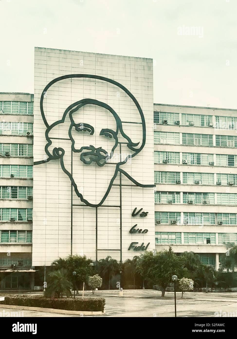 """Camilo Cienfuegos cara perfilada en la parte delantera de un edificio gubernamental, uno de los mejores comandantes guerrilleros de Castro, conocido como el """"Héroe de Yaguajay"""" después de ganar una batalla decisiva de la Revolución Cubana. Imagen De Stock"""