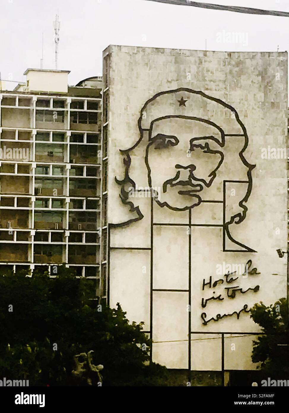 Ernesto Che Guevara cara esbozadas en un edificio, un marxista revolucionario argentino, médico, escritor, líder guerrillero, diplomático y teórico militar. Una figura importante de la Revolución Cubana. Imagen De Stock