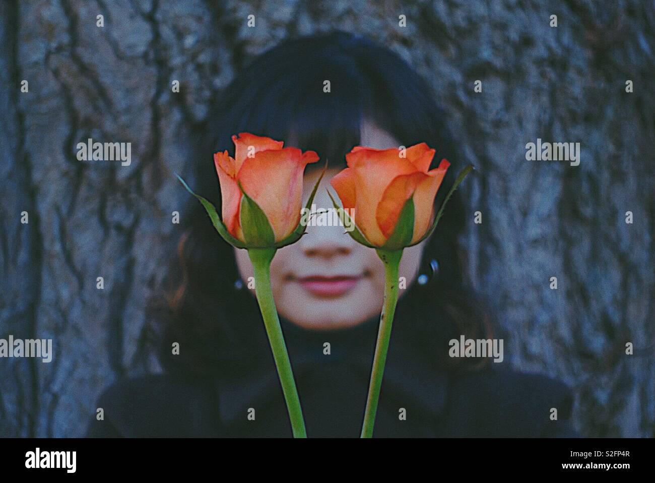 Una niña con rosas. Imagen De Stock