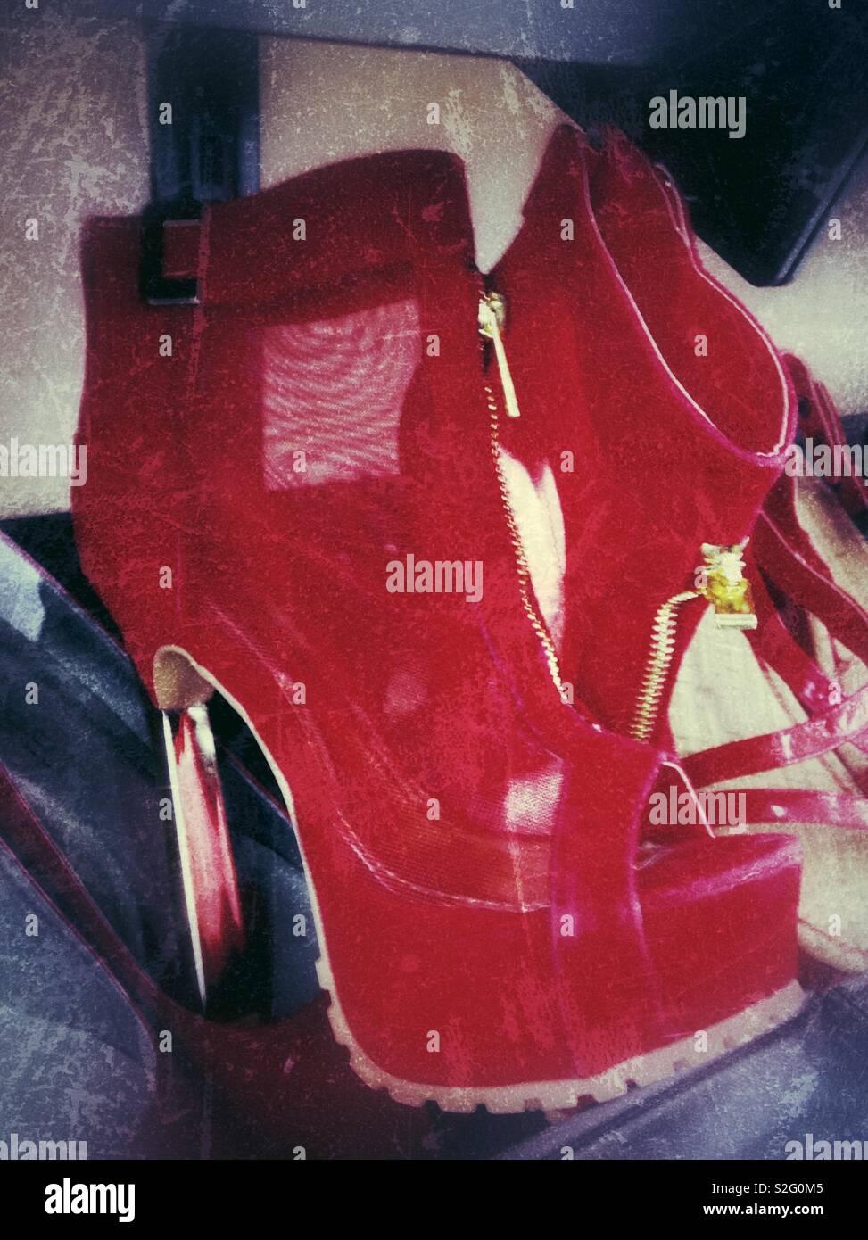 Efecto grunge en la foto de la malla roja con zapatos de tacón stiletto  guarnecido de 54608c4b3032