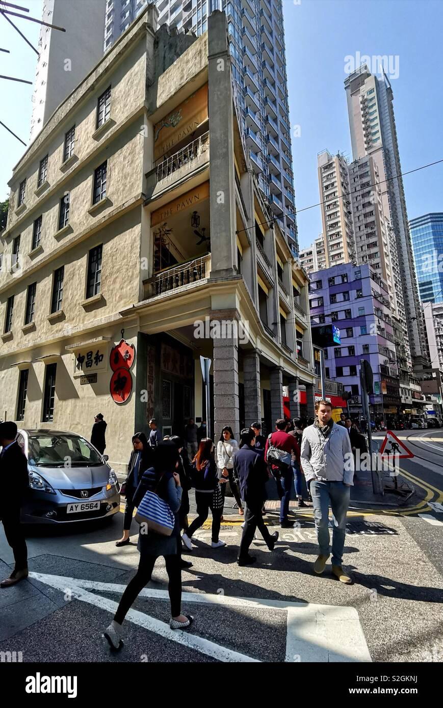 Cantó caminando sobre Johnston Street por un hermoso edificio antiguo en Wan Chai, Hong Kong. Foto de stock