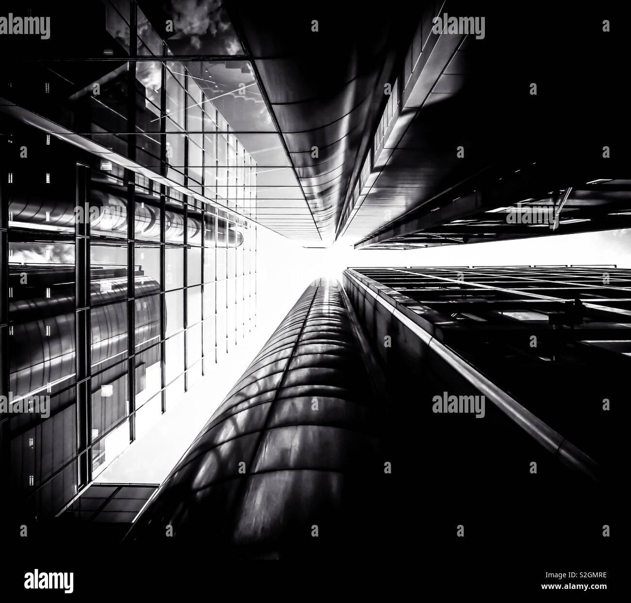 La ciudad en blanco y negro; Hermoso y sorprendente estructura de los edificios. Foto de stock