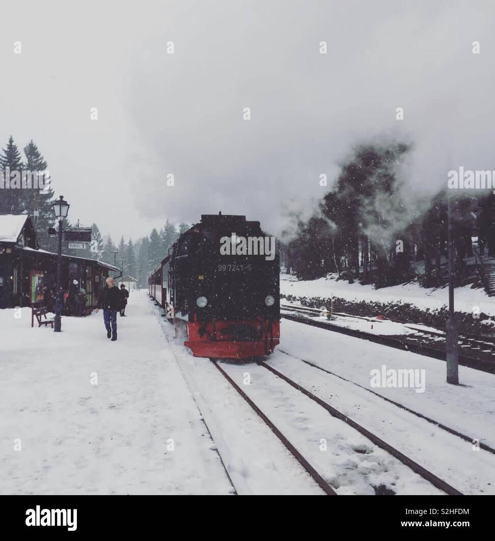 Tren de vapor en la nieve. Foto de stock