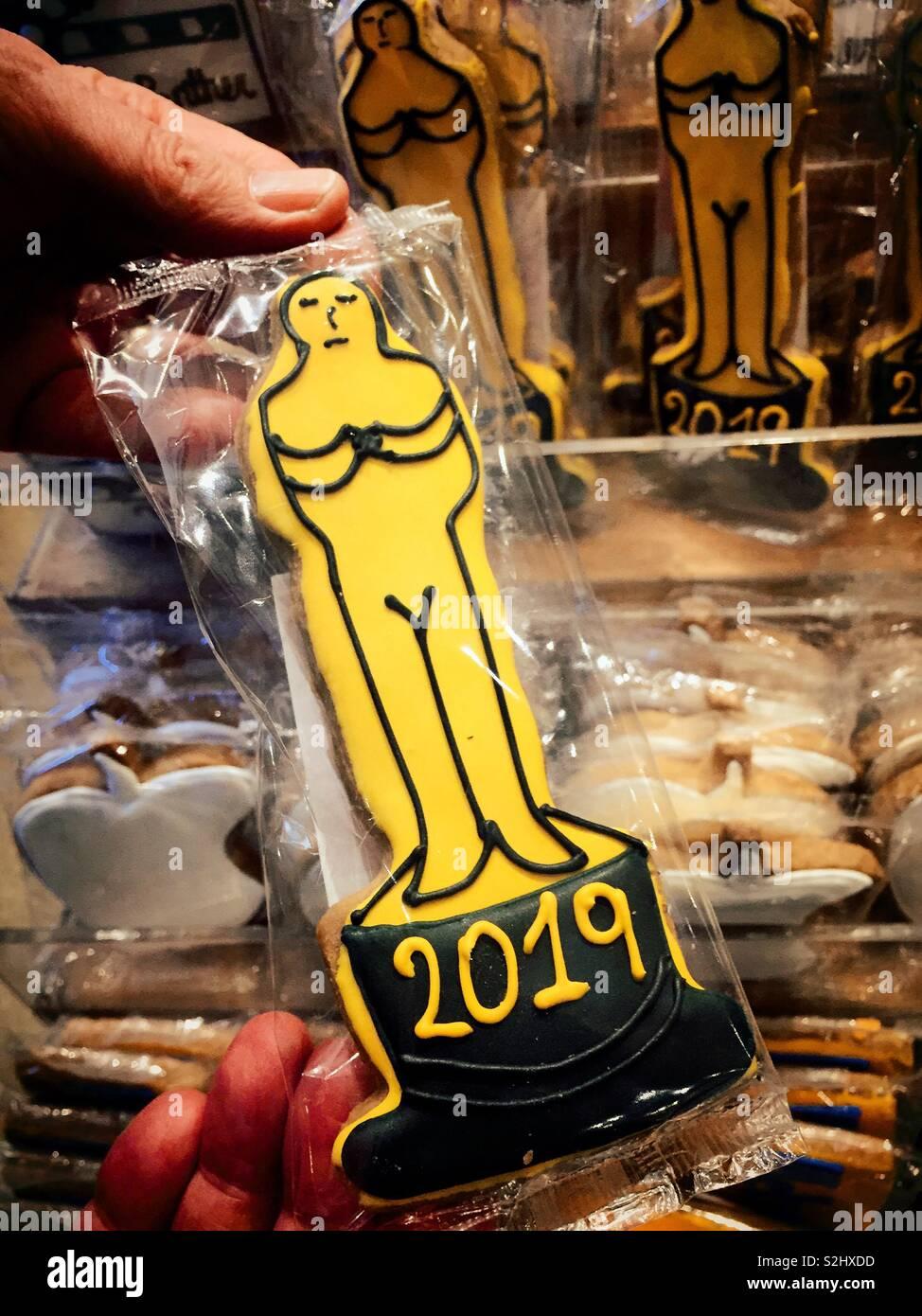 Oscar estatua de oro en forma de cookie para venta en una panadería de lujo, NUEVA YORK, EE.UU. Imagen De Stock