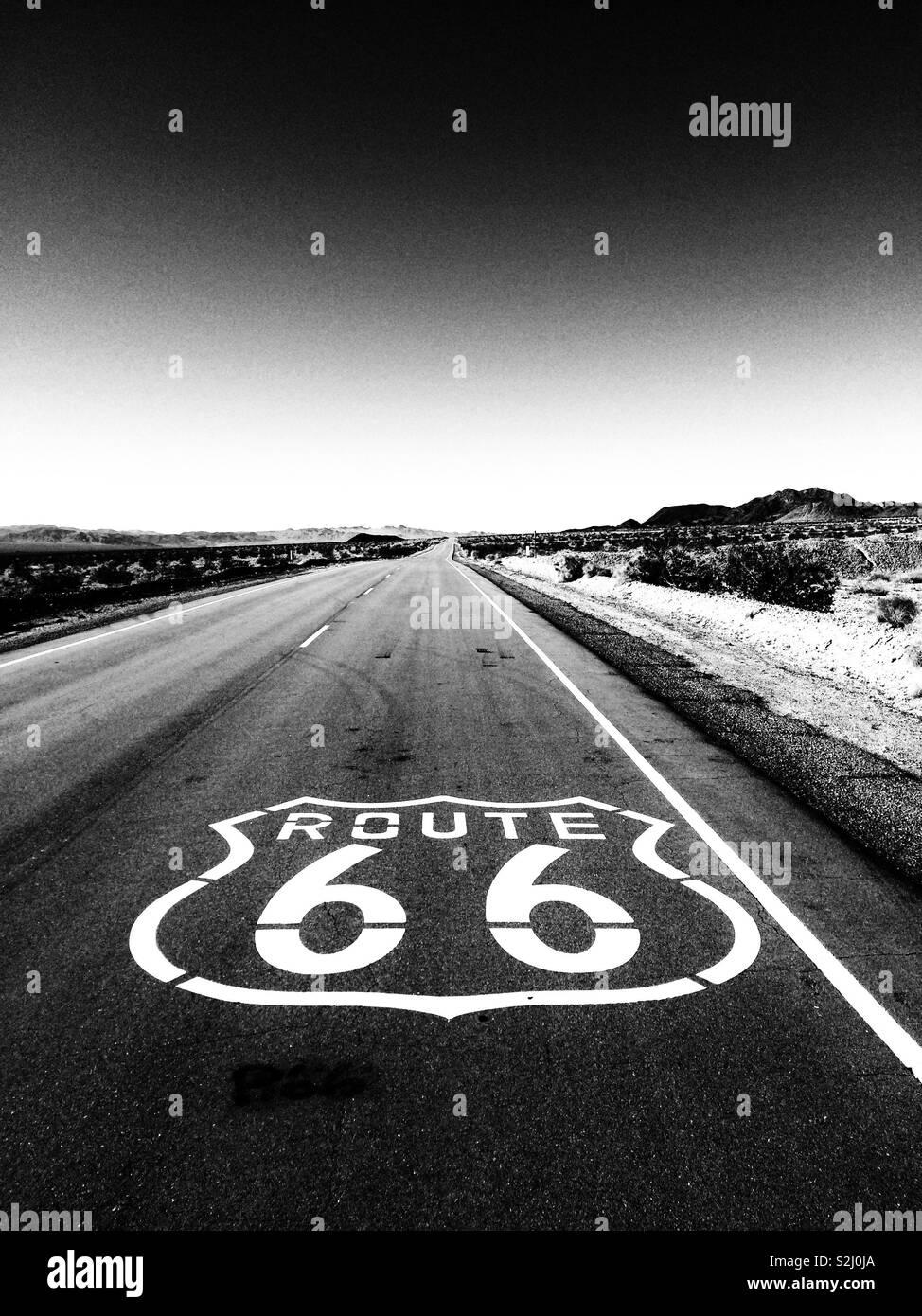 66 Carretera firmar en el desierto de Mojave. Editar en blanco y negro. Foto de stock
