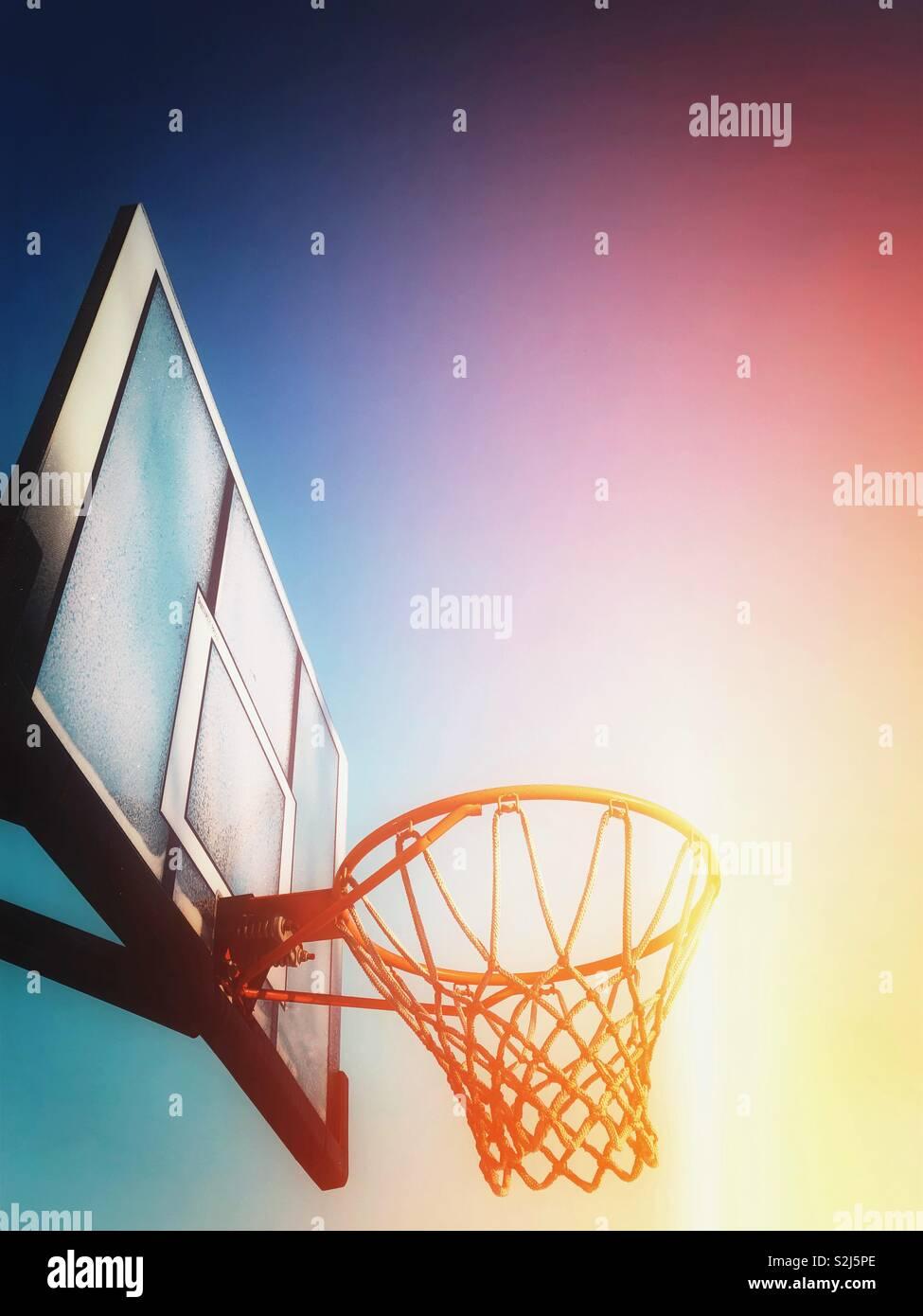Mirando hacia el baloncesto net Imagen De Stock