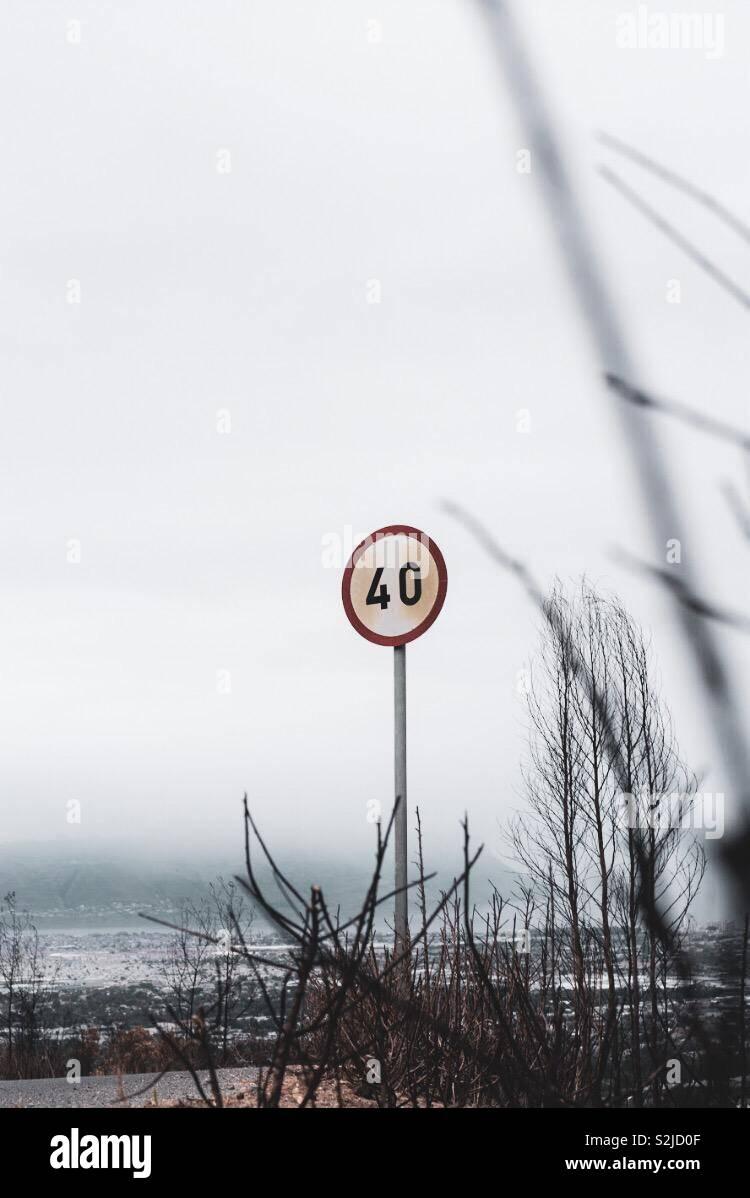 Atenerse a los límites de velocidad en todo momento Foto de stock