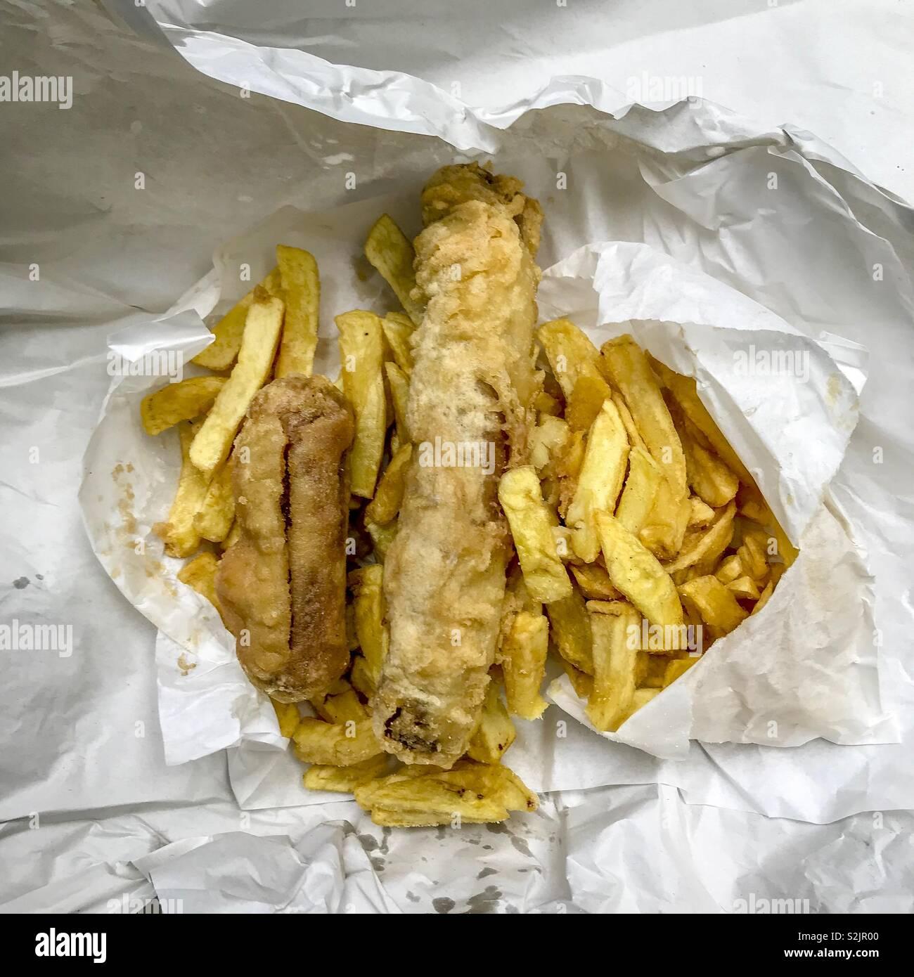 Salchicha maltratadas y chips Foto de stock