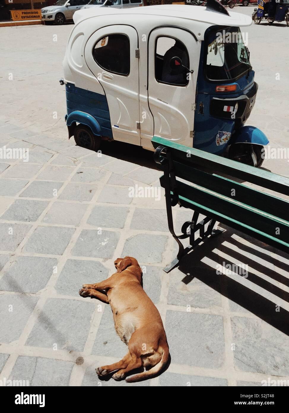 Tarde perezosa en una calle en Ollantaytambo, Perú Foto de stock