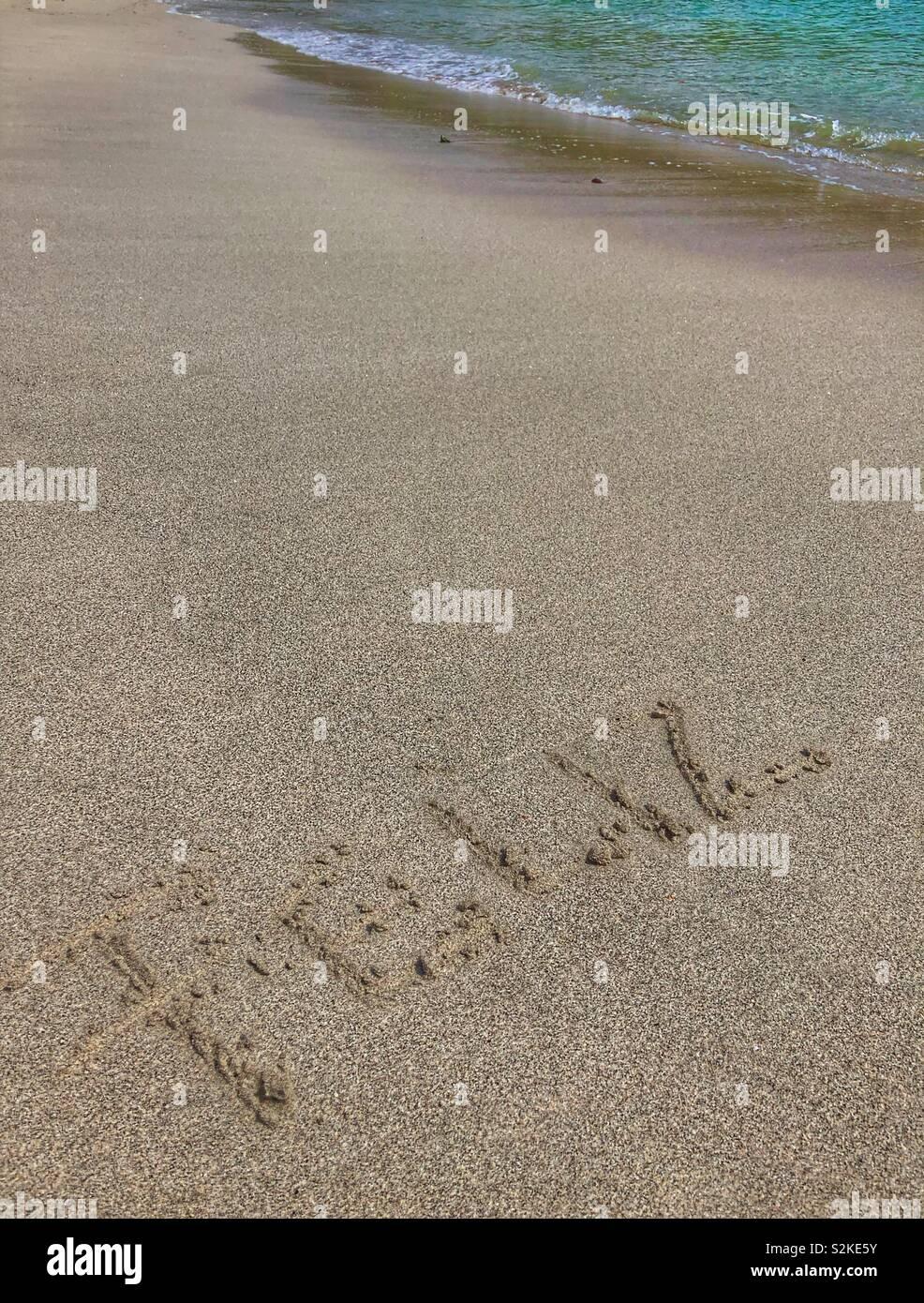 Feliz escritas en la arena. Imagen De Stock
