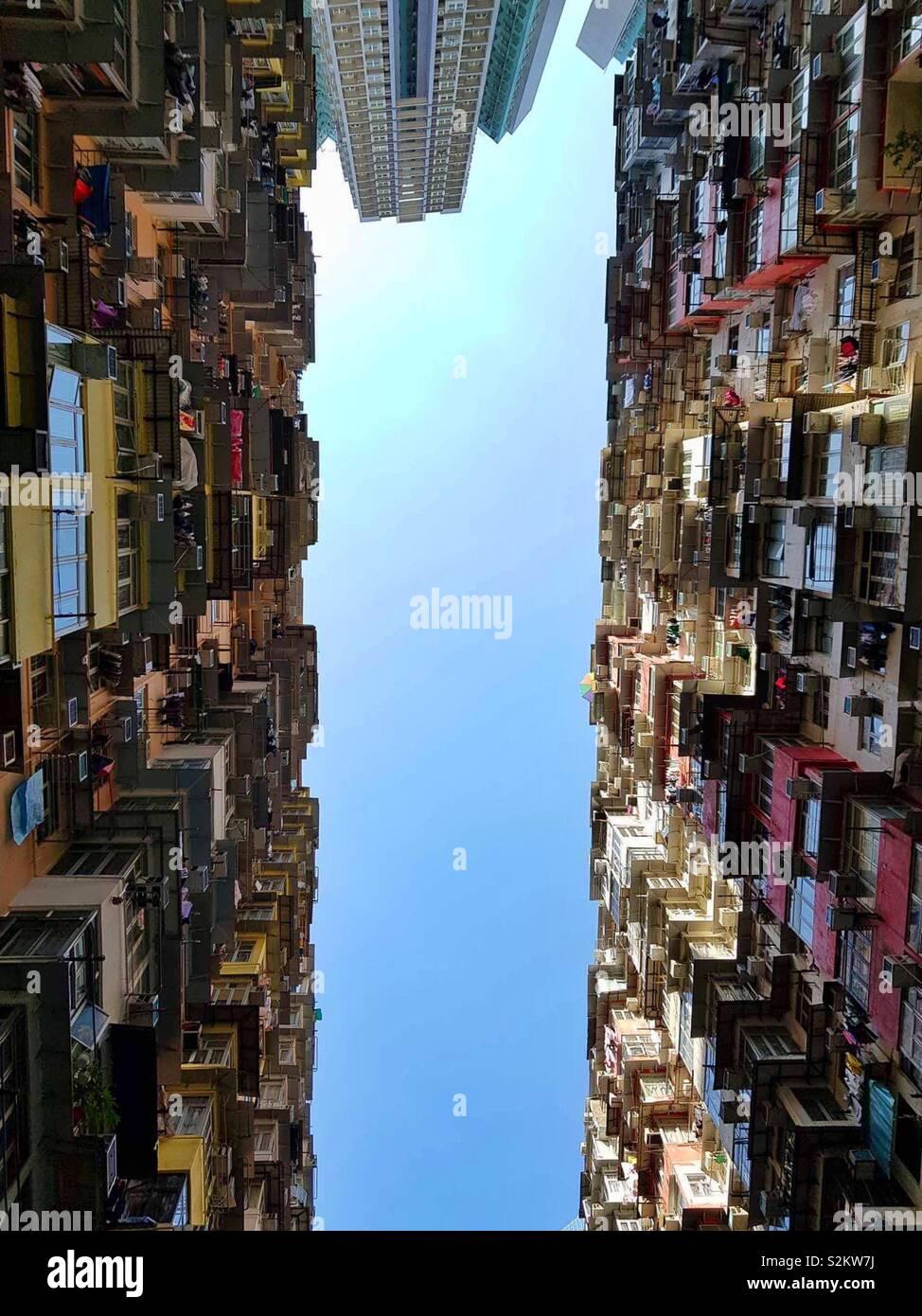 Hong Kong, mansión Torres, mire hacia arriba, Edificio alto Foto de stock