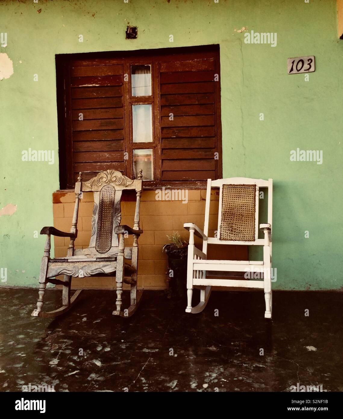 3485ae174 Dos viejas mecedoras en el porche de una casa en Cuba Imagen De Stock
