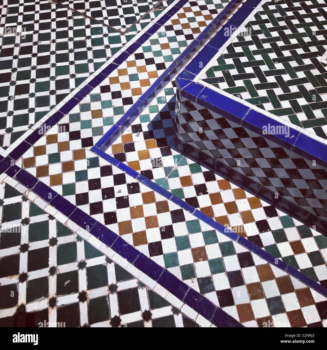 Piso de baldosas del palacio Bahia en Marrakech, Marruecos, Norte de África Imagen De Stock