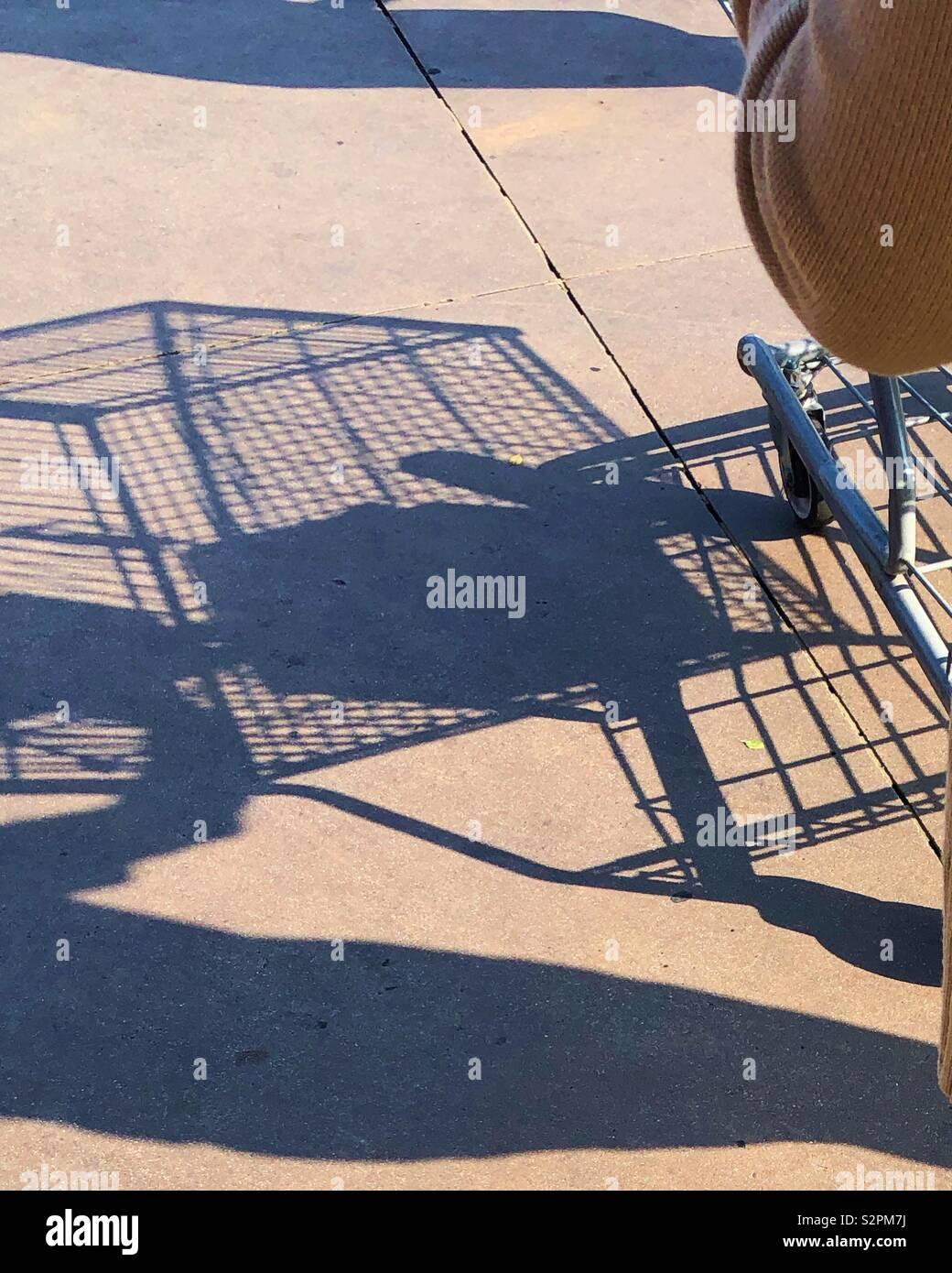 Compras en el centro comercial y empujando el carro en el estacionamiento Foto de stock