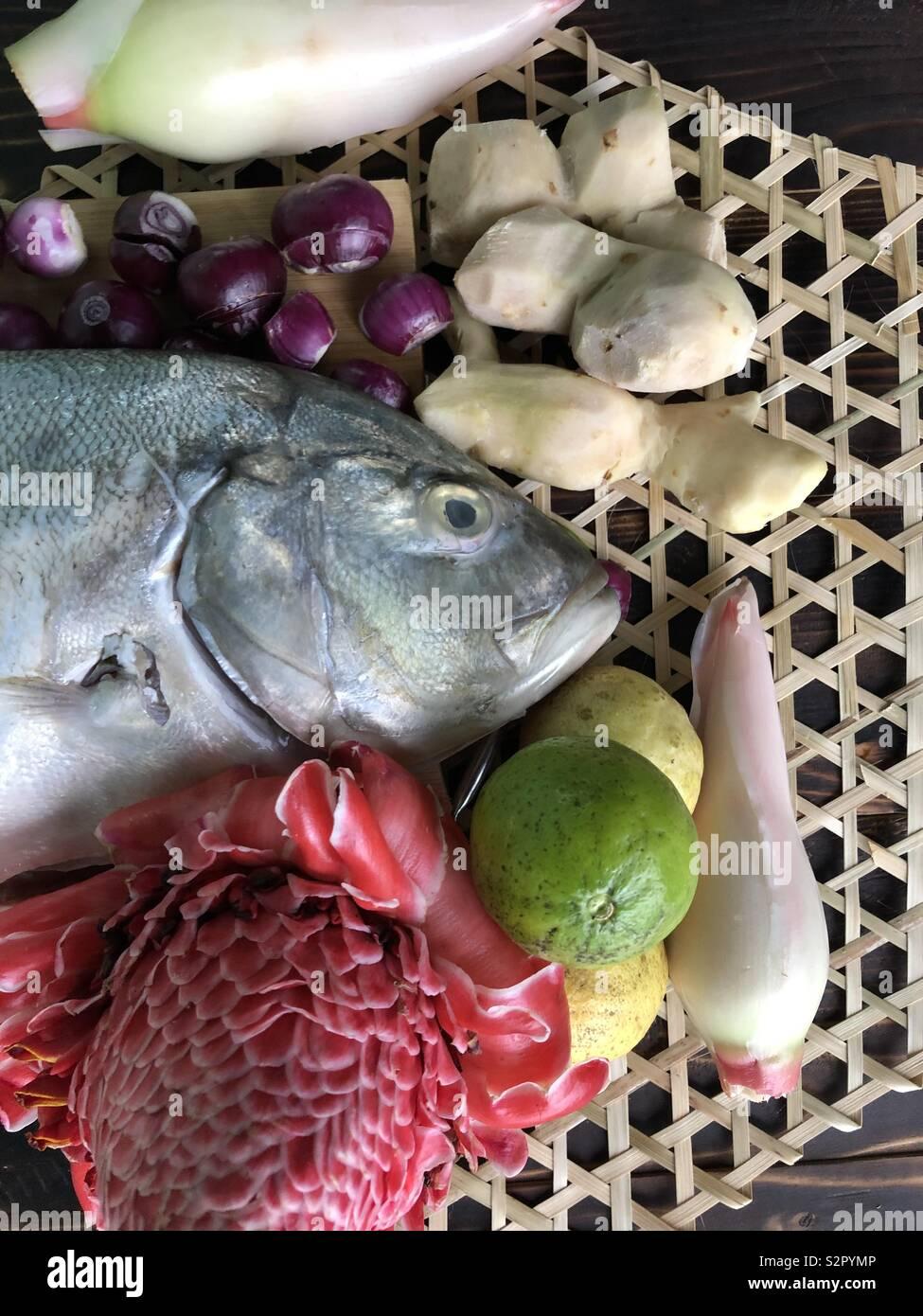 El norte de Borneo, manjar local Hinava ingredientes, el pescado blanco, el jengibre, la cebolla roja, antorchas, jengibre y limón Foto de stock