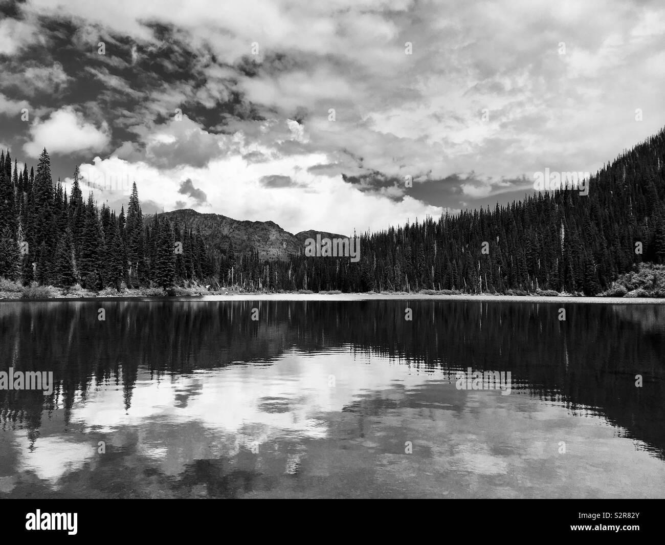 Un lago cerca del Parque Nacional del Glaciar. Imagen De Stock