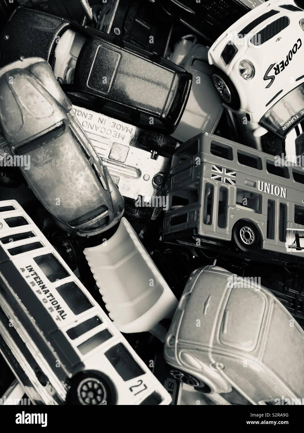 Caja llena de juguetes coches de metal fundido Foto de stock