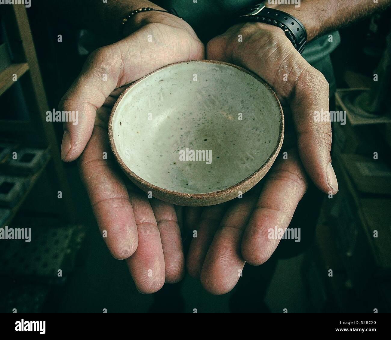 Las manos del hombre. LG Foto de stock