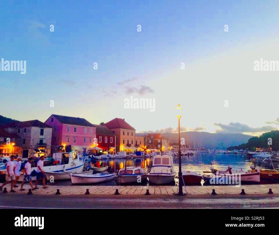 La isla croata de Hvar, en una noche de verano Foto de stock