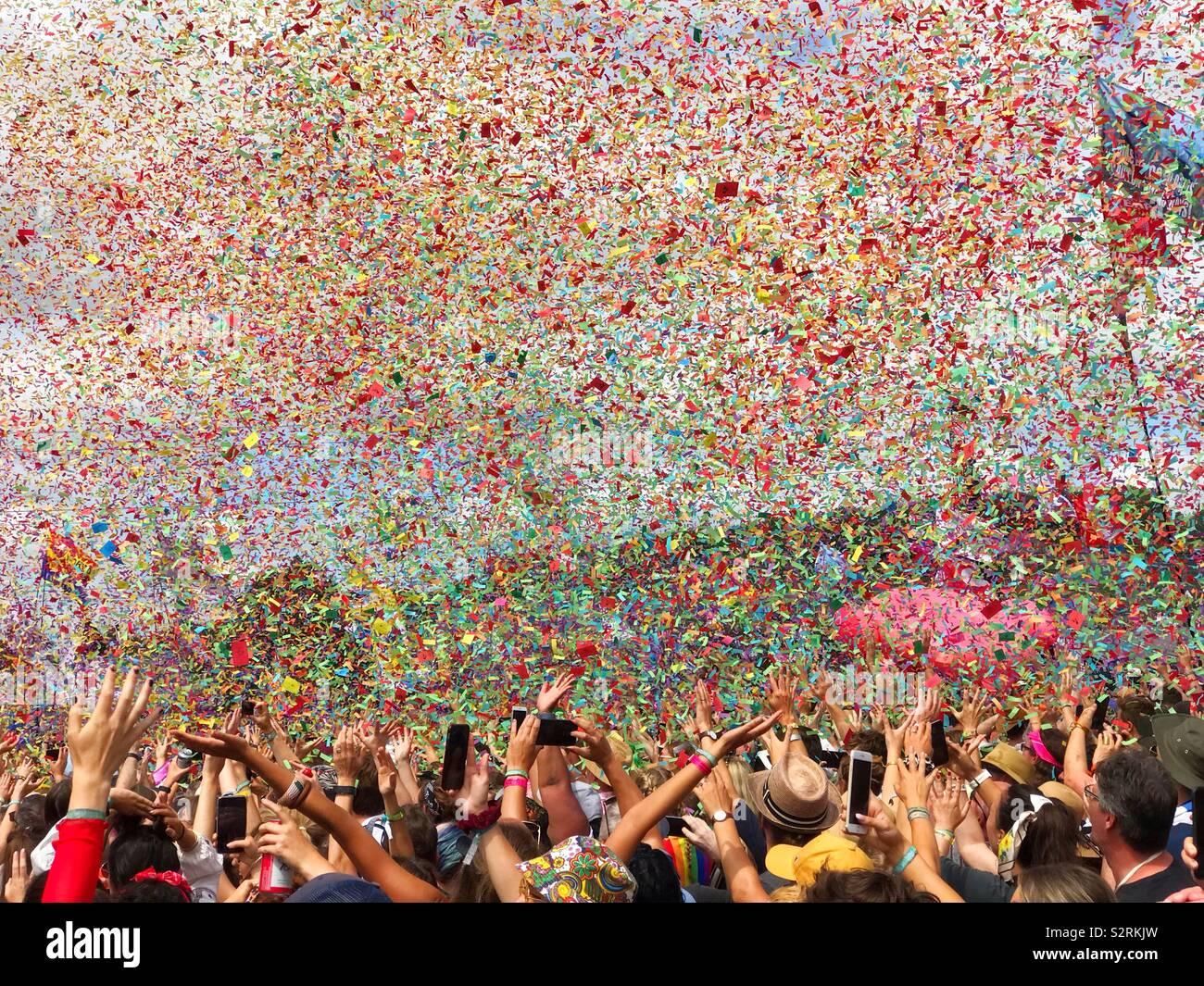 Confetti/ Ticker tape cayendo del cielo durante el increíble juego por años y años en el escenario de la pirámide, el Festival de Glastonbury 2019 Foto de stock