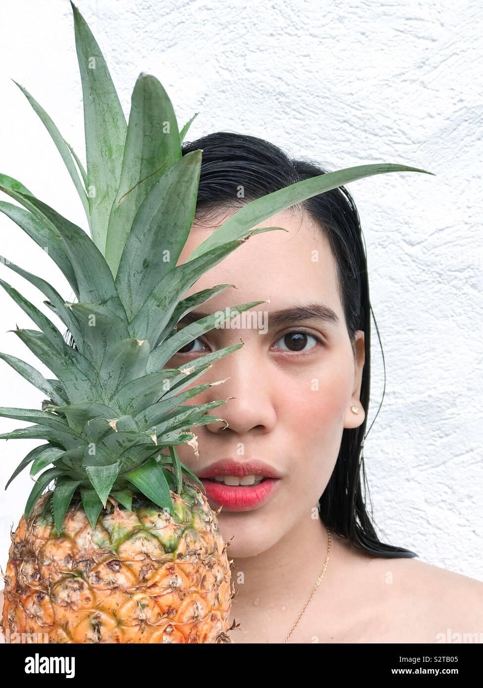 Ser una piña - firmes, desgaste de una corona. 👸 Foto de stock
