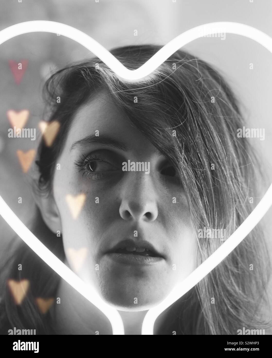 Chica en blanco y negro neon corazón Foto de stock