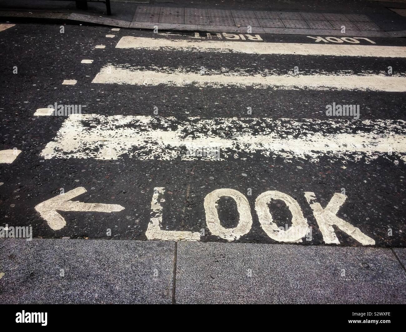 Signo de mirar hacia la izquierda en la carretera Foto de stock