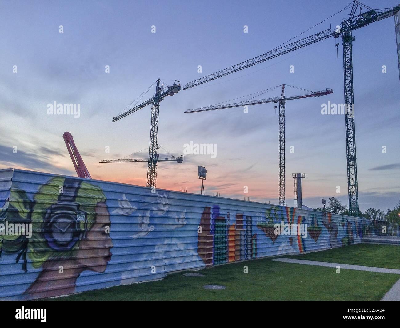 Arte en la calle en una zona de construcción, Bucarest, Rumania, Europa oriental Foto de stock