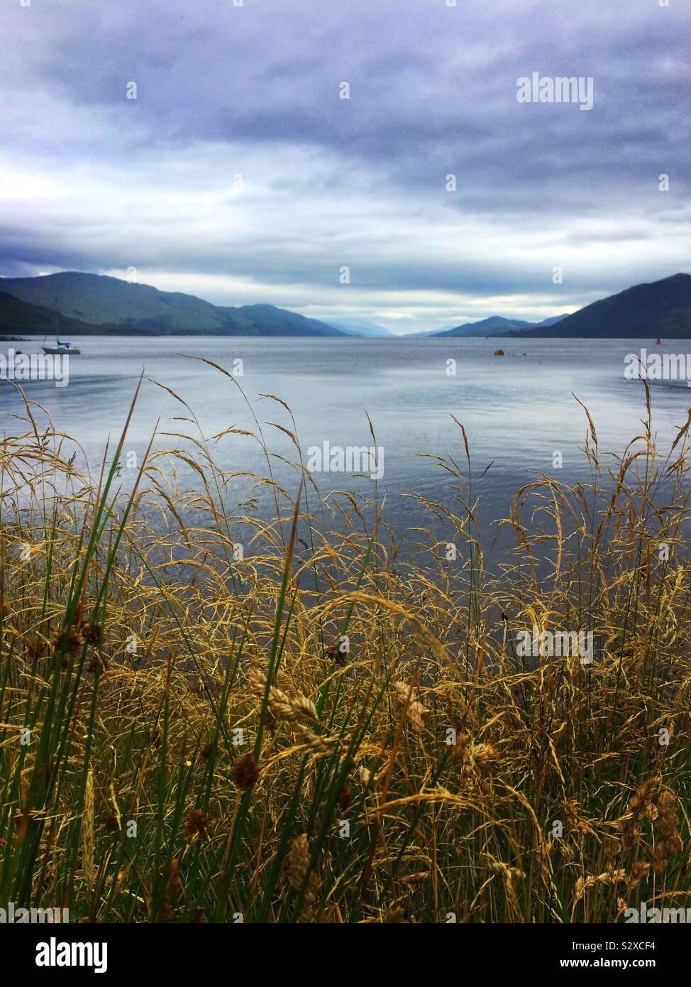 Tranquilidad sobre Loch Linnhe en el Scotish Highlands. Glencoe, Escocia Foto de stock