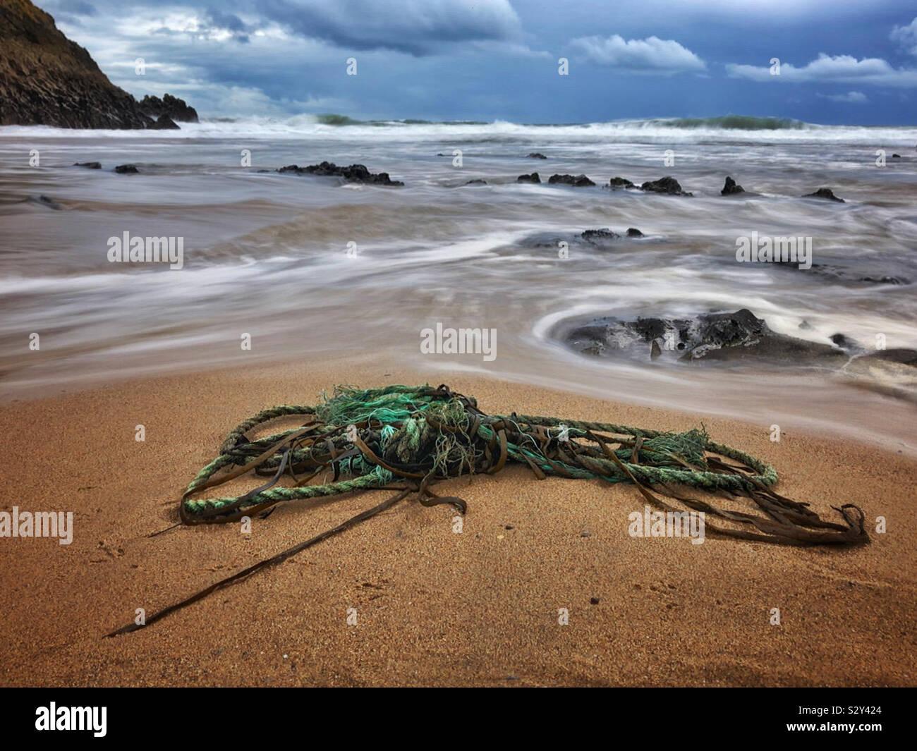Cuerda vieja varada en una playa de surf galés, Gower, Wales, Octubre. Foto de stock