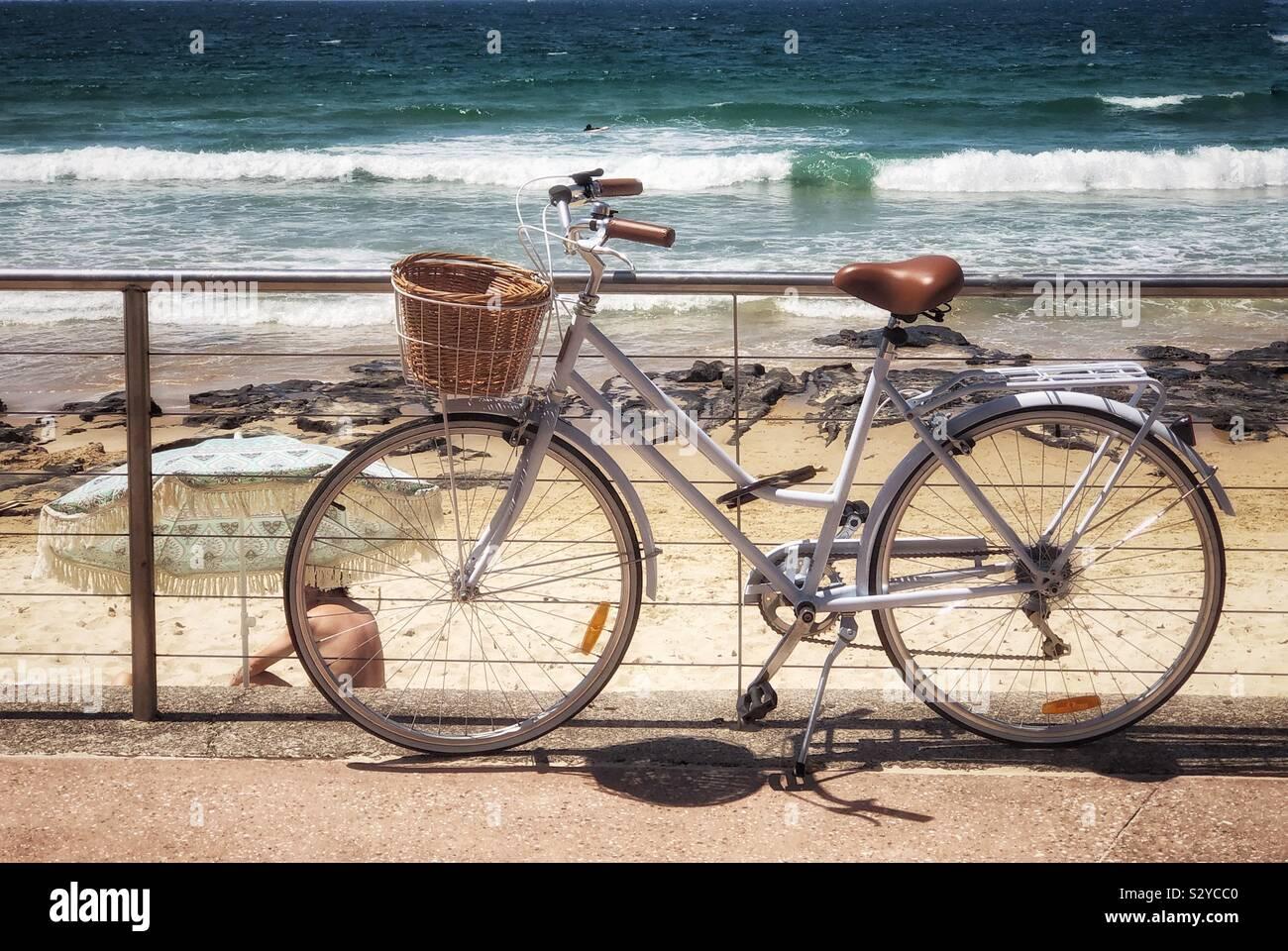 Bicicleta en la playa estilo de vida australiano Foto de stock