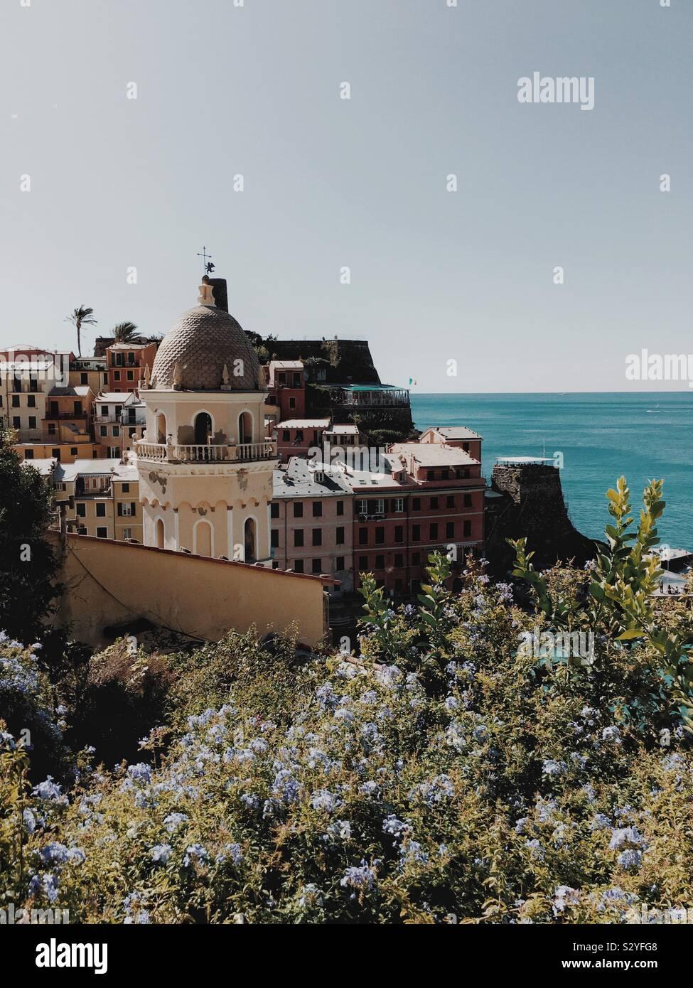 Vernazza, uno de los cinco pueblos de Cinque Terre Foto de stock