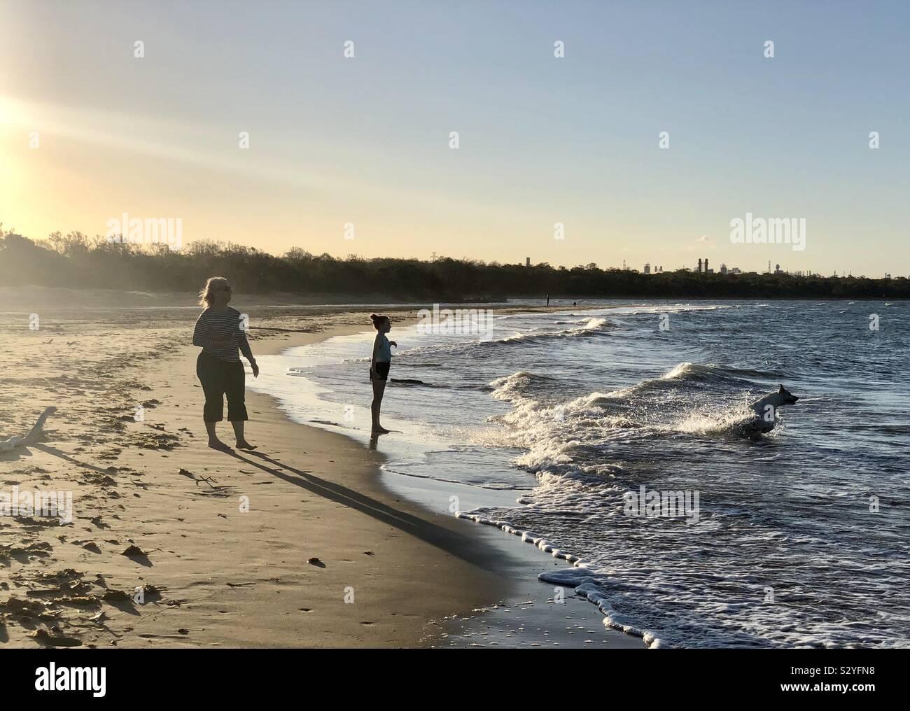 La diversión en la playa al atardecer. Foto de stock