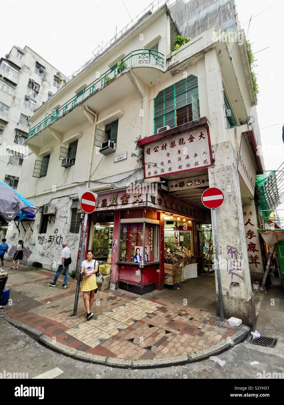 Un hermoso edificio antiguo de Tai Nan street en Sham Shui Po en Hong Kong. Foto de stock