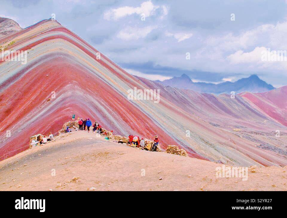 La espectacular Montaña de Arco Iris en el Perú. Foto de stock