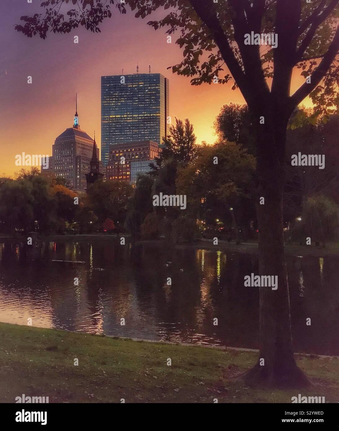 Crepúsculo miras de Boston desde el Boston Public Gardens. Foto de stock