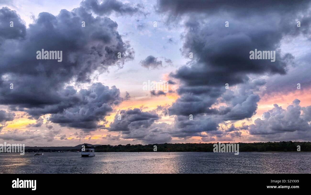Nubes de tormenta sobre el agua del río Noosa Foto de stock