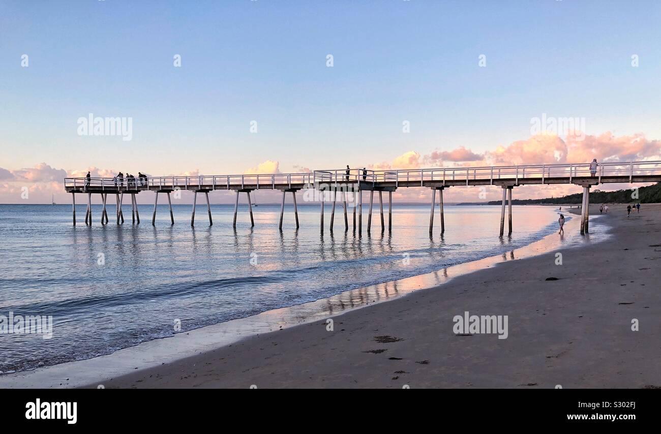 Pier Scarness atardecer en la bahía de Hervey en el estilo de vida de Australia Foto de stock