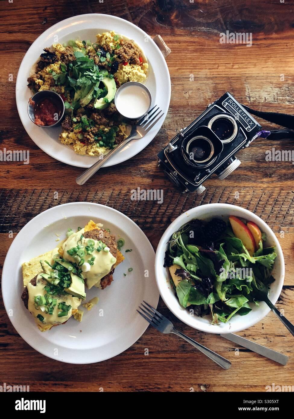 Vegan moderna desayuno y cámara analógica de edad Foto de stock