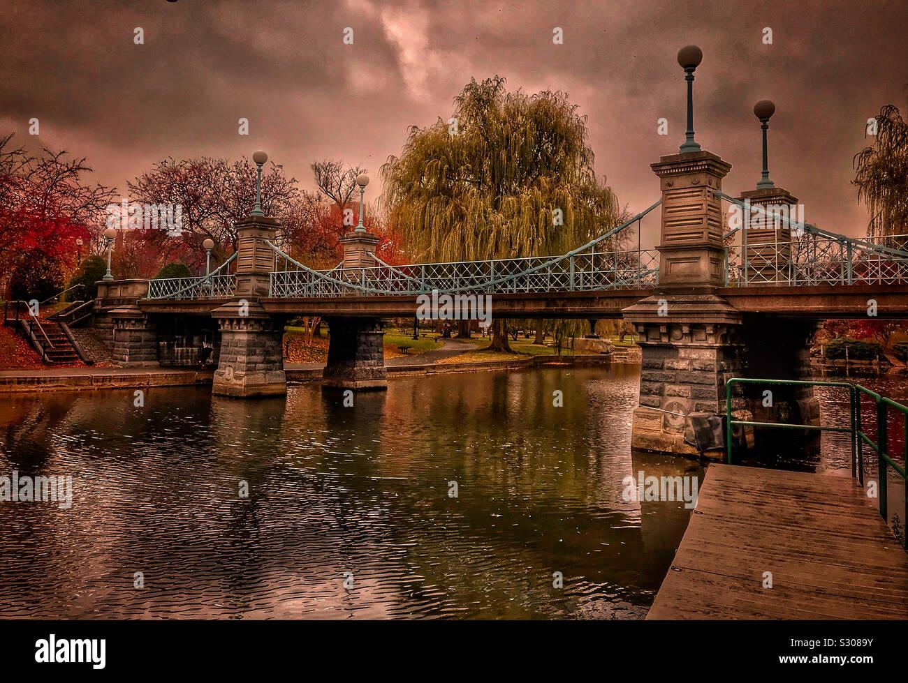 Día lluvioso en el Boston Public Gardens. Foto de stock
