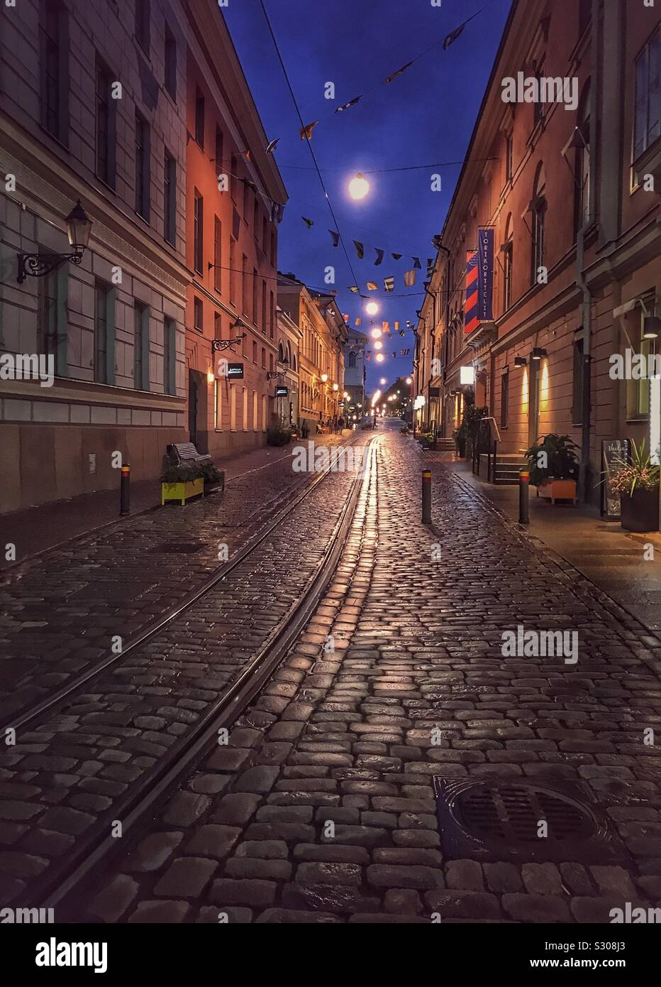 Un paseo nocturno a través de Helsinki, Finlandia. Foto de stock