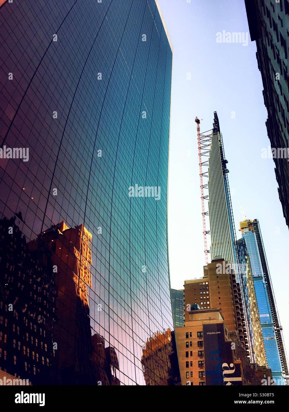 El súper alto rascacielos en 57th St., Steinway Tower está en construcción justo al sur del Central Park, en la Ciudad de Nueva York, EE.UU. Foto de stock