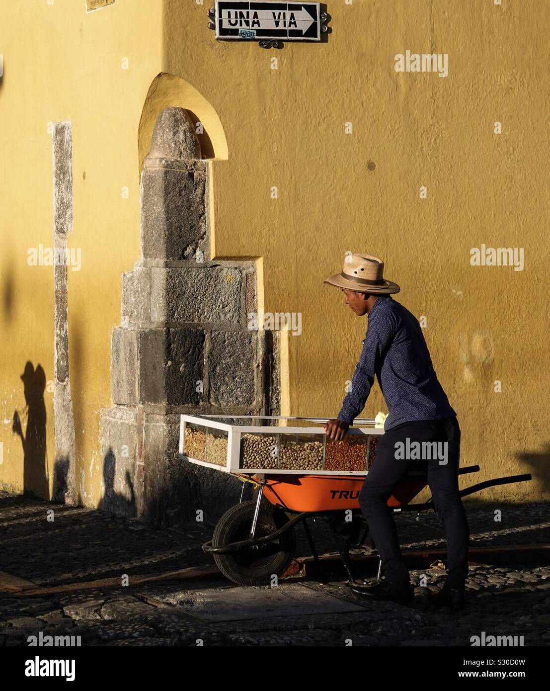 Viajar tuerca vendedores en Antigua, Guatemala Foto de stock